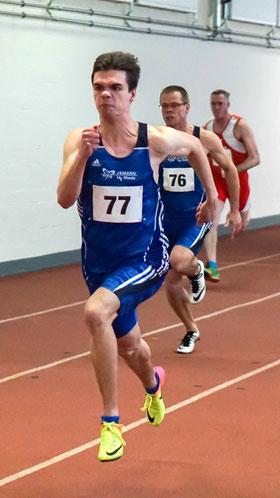 LAZ-Neuzugang Simon Heweling (Start-Nr. 77) und sein Vater Reiner (Start-Nr. 76) beim 60-m-Vorlauf. (Foto: Roman Buhl)