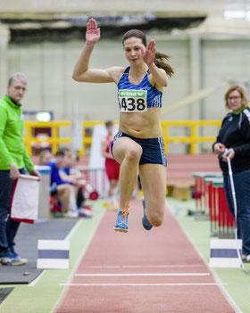 Nach sechs ungültigen Versuchen in Düsseldorf erzielt Dreispringerin Klaudia Kaczmarek vom LAZ Rhede in Chemnitz 13,03 Meter.
