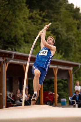 Fabian Baten überspringt in Sonsbeck die 4,01 m mit dem Stab. (Foto: Christian Dangelmaier)