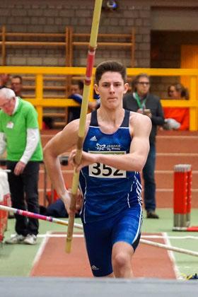 Mit 3,80 Metern distanzierte der ehemalige Leistungsturner Jesse Südholt die Stabhochsprung-Konkurrenz der U18 um 60 cm. (Foto: Roman Buhl)