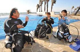 浅場の海やプールでダイビングのスキルをしっかり練習します。