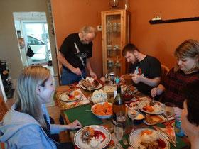 Die Familie einträchtig am Tisch zu Thanksgiving in Kanada.