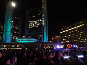 Nuit Blanche an der City Hall: Besucher verfolgen ein Projekt vor dem Rathaus von Toronto.