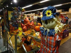 Kindgerechte Halloween-Deko am Supermarkteingang.