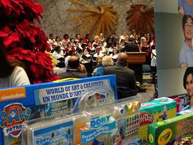 Weihnachten in Toronto: Während der Spielzeug-Spendensammlung singt der Mitarbeiter-Chor.