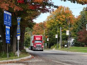 Herbst in Muskoka: Rote Blätter und ein roter Truck.