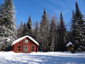 Verschneite Holzhütte im Nationalpark Mont Tremblant.