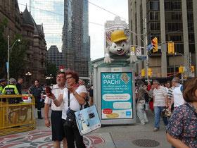 """Pan Am Games in Toronto: Zeit für ein Selfie mit dem Maskottchen der Spiele, """"Pachi""""."""