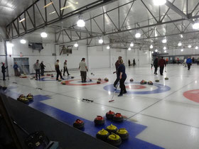Curling in Toronto: Alle Bahnen in Betrieb beim Benefiz-Turnier im Royal Canadian Curling Club.