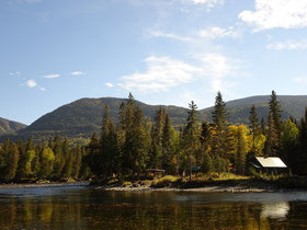 Urlaub in Quebec: Herbststimmung an einer Flussbiegung des Reviére Sainte-Anne im Parc national de la Gaspésie.
