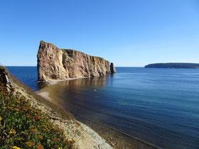 Urlaub in Quebec: Der Rocher Percé auf der Gaspesie-Halbinsel ist ein kanadisches Wahrzeichen.