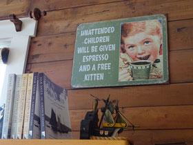 Warnschild in einem Cafe in Placentia: Unbeaufsichtigten Kindern geben wir einen Espresso und ein Kätzchen gratis.