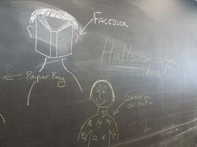 """Auf einer Schultafel sind mit Kreide gezeichnet: Ein Mensch, der anstelle eines Gesichts ein Buch hat, daneben steht geschrieben """"Facebook"""", und ein Mensch, der den ganzen Oberkörper voller Zahlen hat: Jemand, auf den man zählen kann."""