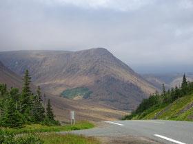 Wandern im Gros Morne National Park: Blick auf die Tablelands im Süden des Parks.