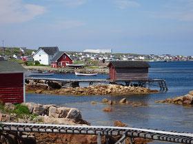 Blick auf die Gemeinde Joe Batt's Arm in Neufundland mit dem exklusiven Hotel Fogo Island Inn im Hintergrund.