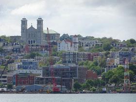 Urlaub in Neufundland: Die Skyline von St. John's mit der Basilica und den typischen bunten Häusern.