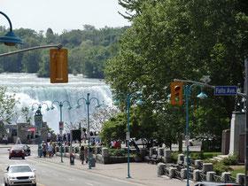 Blick von Clifton Hill: Die Niagara-Fälle kommen in Sicht.