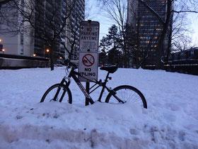 Kanadische Wegfahrsperre: Fahrrad im Schnee abstellen ;-)