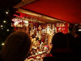 Geschenkideen und Weihnachtsdekorationen aus Holz auf dem Weihnachtsmarkt im Distillery District.