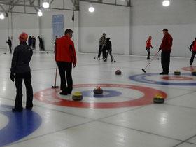 """Perfekter Wurf beim Curling in Toronto: Dieser Stein landete mitten im """"Haus""""."""