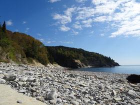 Urlaub in Quebec: Steiniger Strand an der Anse aux Amérindiens Bucht im Forillon Nationalpark.