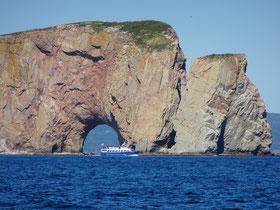 Urlaub in Quebec: Tour-Boot vor dem Rocher Percé.