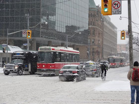 Winter in Toronto: Strassenbahn in der Innenstadt.
