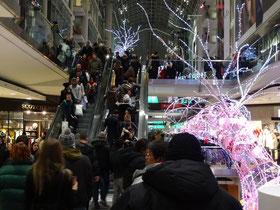 Black Friday in Toronto: Weihnachtseinkauf im Eaton Centre.