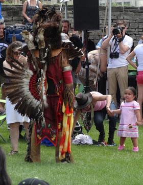 """First Nation Powwow in Toronto: """"Irgendwie sieht Grossvater heute anders aus als sonst."""" ;-)"""