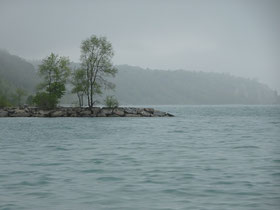 Nebel und hoher Wasserstand am Ontariosee.