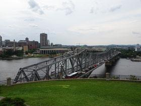 Blick über die Alexandra Bridge und den Ottawa River auf das Canadian Museum of History in Gatineau.