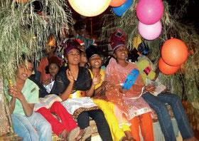 Mit Sketchen und Musik wird in Indien die Weihnachtsgeschichte präsentiert