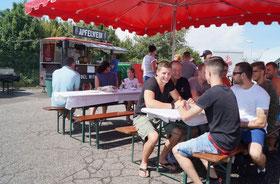 Alexander und sein Vater Kurt Klotz (vorne von links) feiern gemeinsam mit Freunden des Boxclubs entspannt das Sommerfest.
