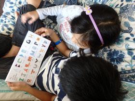 10歳の甥と7歳の姪。嬉しそうに読んでくれた。My nephew (10) and niece (7) enjoyed reading my book!