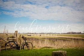 beachtenswert fotografie, Fotokunst, Roter Haubarg, Fahrrad, Stilleben