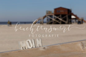 beachtenswert fotografie, Fotokunst, Pfahlbauten, Moin, Betonbuchstaben, Sankt Peter-Ording