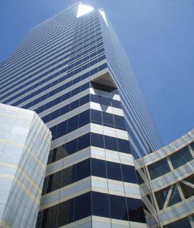 Hochhäuser vor blauem Himmel; Finanzmanagement
