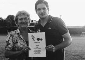 Bürgermeisterin Maria Neudecker übergab an Fußball- abteilungsleiter Martin Breiteneicher einen Ballgutschein.