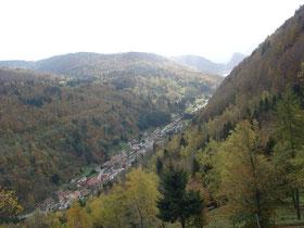 La rivière de la Tur coule dans la vallée de Thann entourée de Montagne dont Lee Grand Ballon, plus haut sommet des Vosges