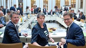 Bundesbauministerin Barbara Hendricks (SPD) mit ihren Staatssekretären Gunther Adler (l, SPD) und Florian Pronold (r, SPD) beim ersten Spitzentreffen des Bau-Bündnisses für bezahlbaren Wohnraum. (Foto: dpa)