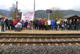 Am 11.12.2016 standen wieder zahlreiche Bewohner der Dorfgemeinschaft bei der Bahnhaltestelle in Grub. Diesmal mit Erfolg: Die Wiederertstehung der Haltestelle Grub wurde mit einer Fahrt nach Balbersdorf gefeiert.