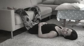 Nach Schulterstand: Entspannung in Rückenlage