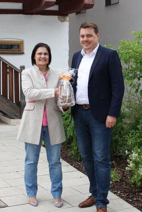 Foto (FAN): Vera Finn gibt den Vorsitz an Sebastian Schauer ab.