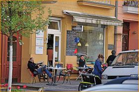 Zeitung Prenzlauer Berg MagazinIm Winskiez werfen sie alte legendäre Theaterinszenierungen an die Wand und stellen Theaterliteratur auf den Bürgersteig. Das Quartier, das lange den renommierten henschel schauspiel-Verlag beherbergte, ist dem Theater verbu