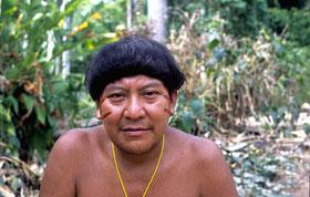 El chamán yanomami Davi Kopenawa firma la carta abierta que advierte sobre el genocidio en curso.  © Fiona Watson/Survival