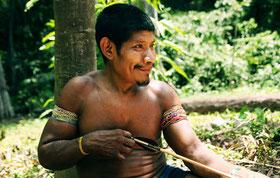 Un hombre awá confeccionando flechas, Brasil. Los awás tienen un conocimiento profundo de su selva y son cazadores extremadamente habilidosos. © Survival International