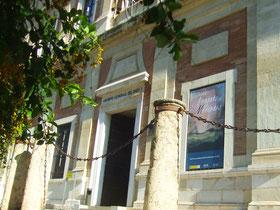 Fachada del Archivo General de Indias de Sevilla con el cartel de la exposición.  ©María Sánchez Mellado