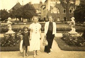 Charlotte Meentzen (Mitte) und ihre Schwester Gertrud Seltmann-Meentzen (rechts) auf einer Vortrags- und Verkaufsreise in Swinemünde 1936