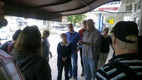 Nitzan Aviv von Migvanim (Mitte) erläutert der Gruppe die Gedenkminute - kurz darauf stand der gesamte Verkehr im Land still