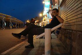 In Tabriz auf den Nachtbus nach Teheran warten und Cay trinken...